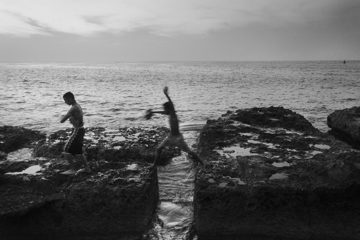 pair of cuban boys, cuban picture - Jumpers - Last jump in Havana - Cuban Photography essay about the last jumpers in Malecon.