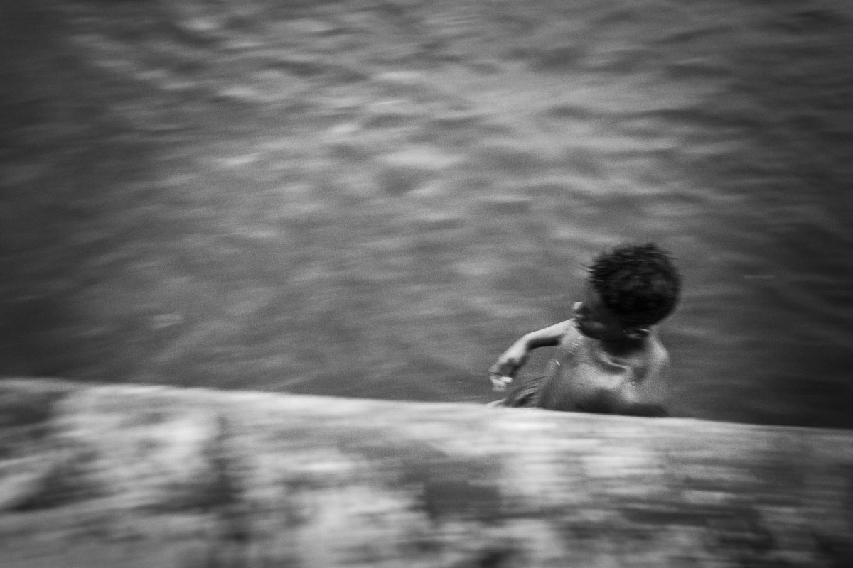 boy running in ocean border. cuban picture - Jumpers - Last jump in Havana - Cuban Photography essay about the last jumpers in Malecon.