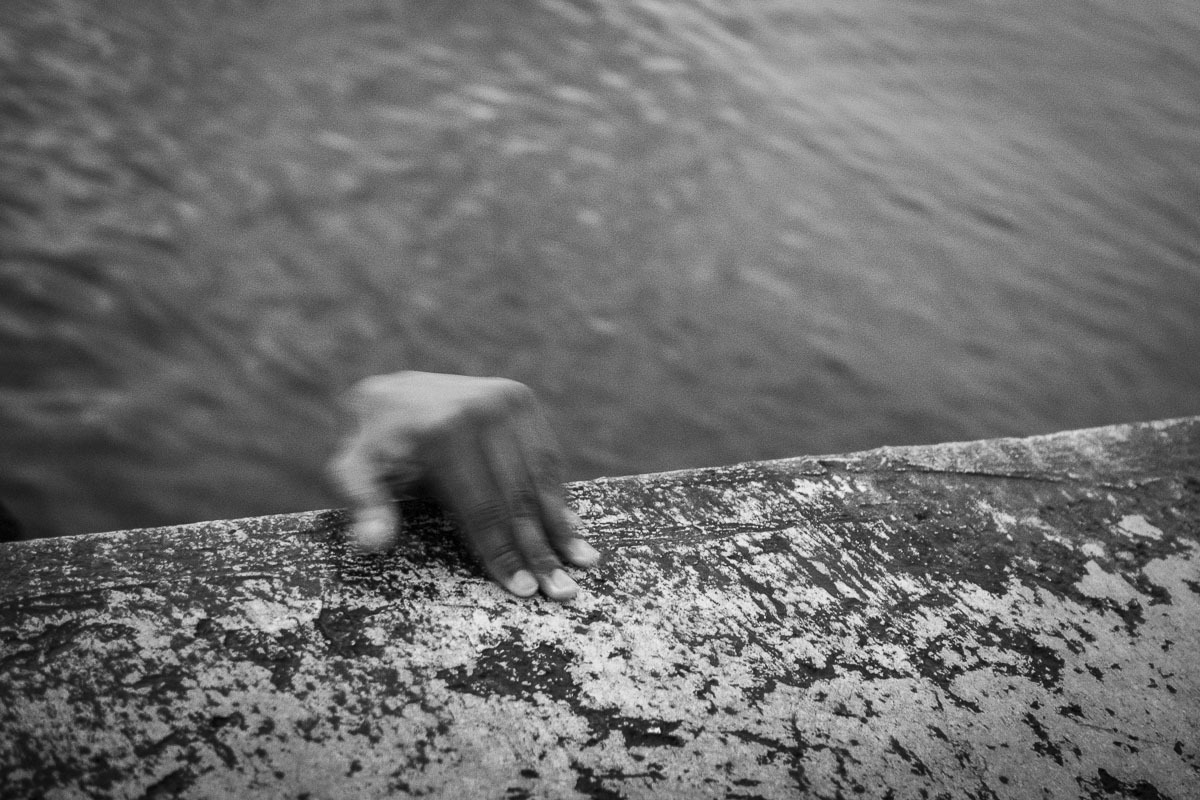 hand of a cuban boy in havana - Jumpers - Last jump in Havana - Cuban Photography essay about the last jumpers in Malecon.