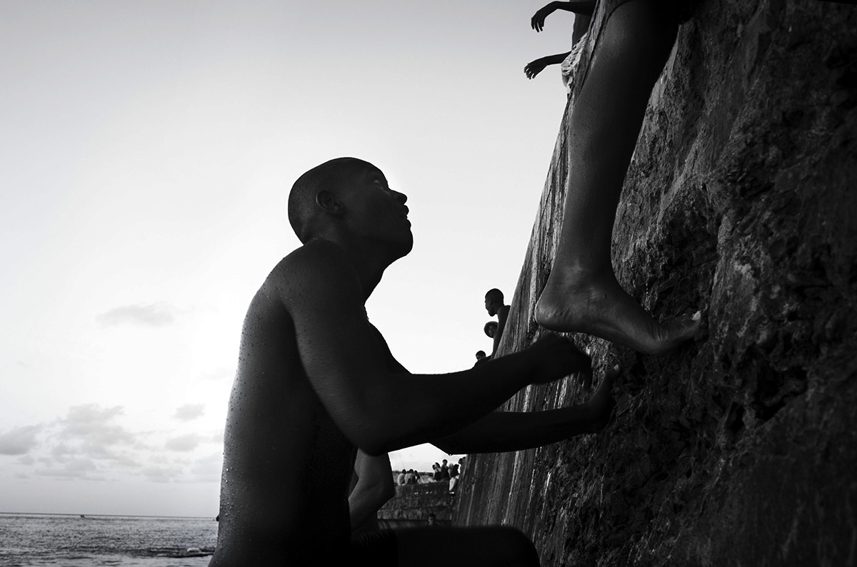 boys and the cuban ocean wall - Jumpers - Last jump in Havana - Cuban Photography essay about the last jumpers in Malecon.