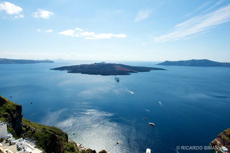 Vista del cráter desde la Isla de Santorini, Grecia. - Grecia - Ricardo Simán . Grecia