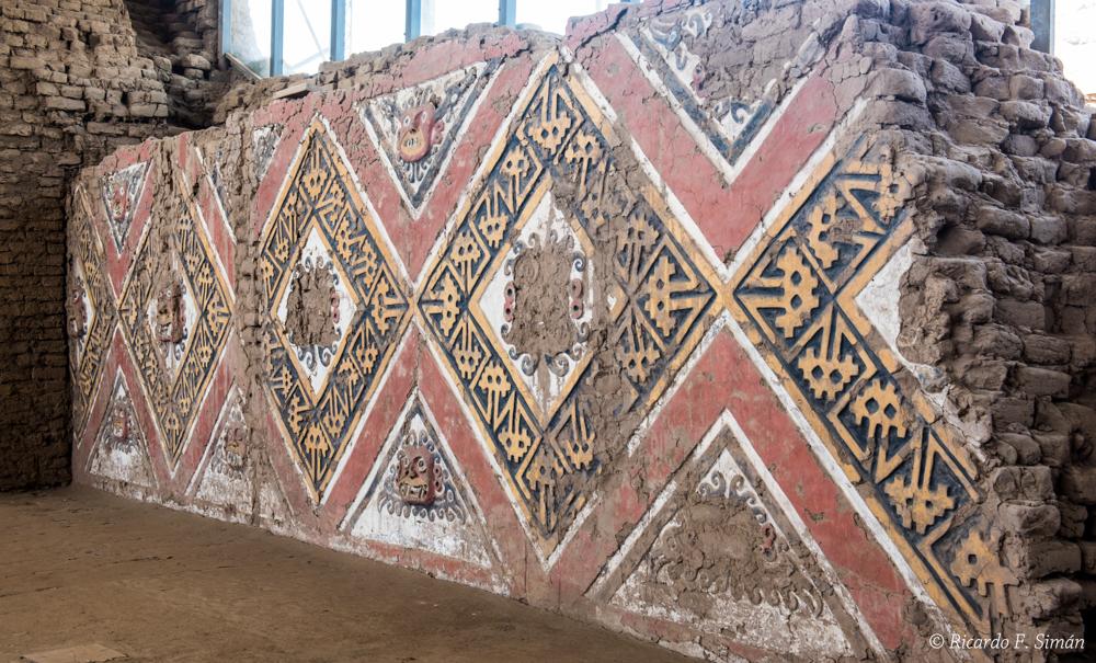 DSC_0005 Bloques de adobe decorado Patio Ceremonial del dios Aiapaec de la montaña Huaca de la Luna - Huaca de la Luna - Ricardo F. Simán, Fotografía