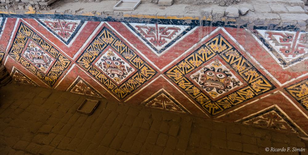 DSC_0009 Bloques de adobe decorado Patio Ceremonial del dios Aiapaec Huaca de la Luna - Huaca de la Luna - Ricardo F. Simán, Fotografía