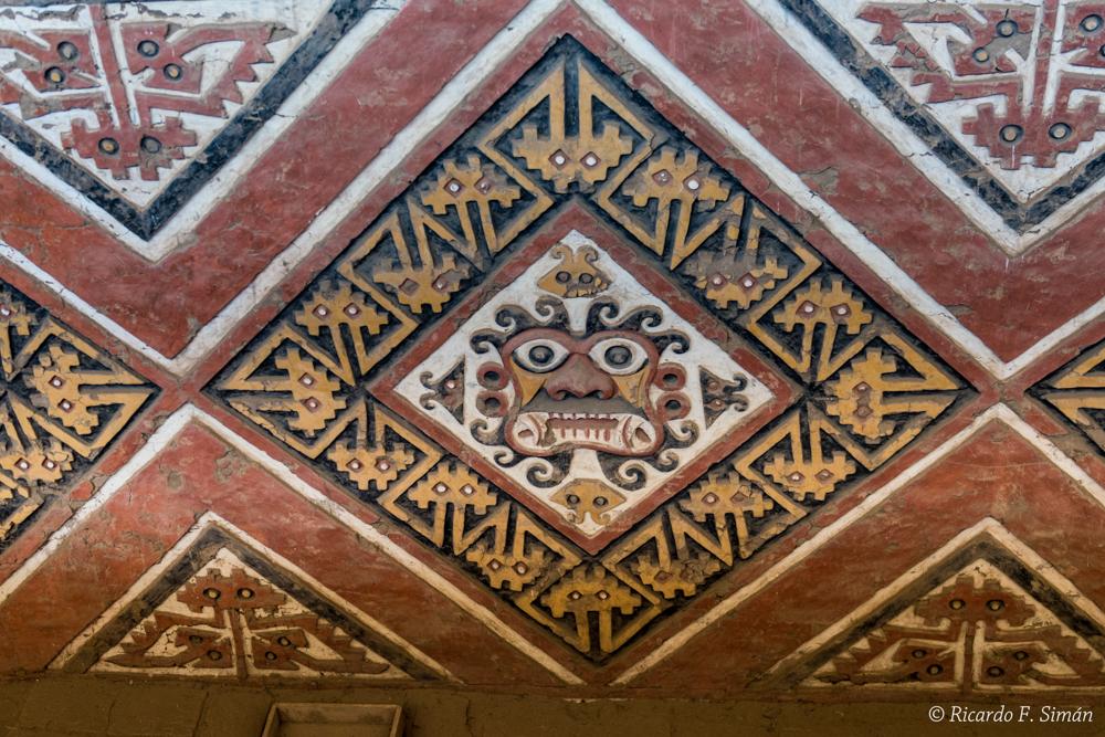 DSC_0022 Bloques de adobe decorado Patio Ceremonial del dios Aiapaec de la montaña Huaca de la Luna - Huaca de la Luna - Ricardo F. Simán, Fotografía