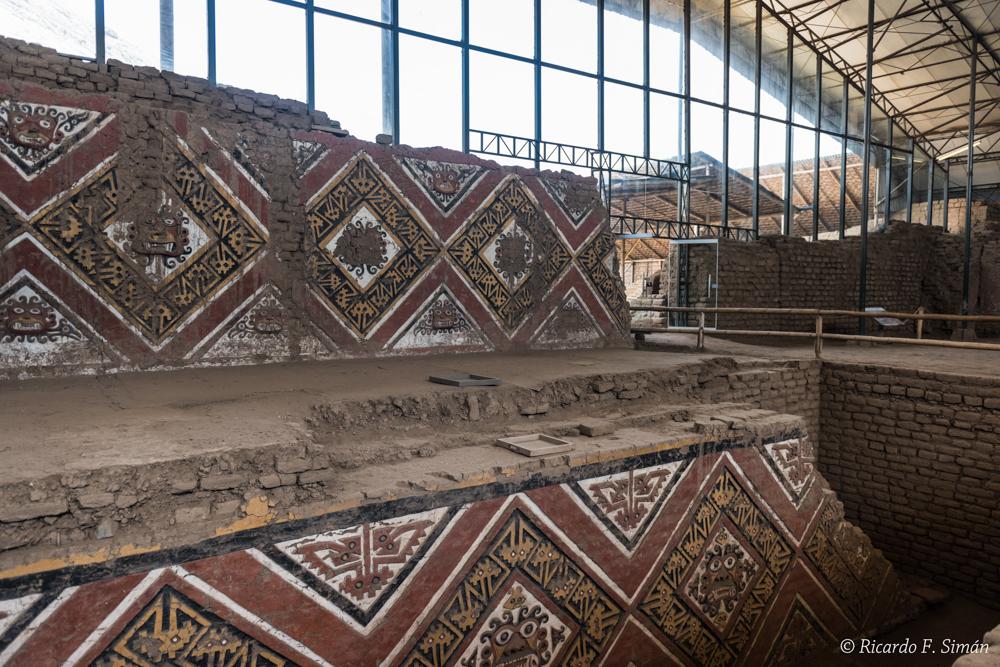 DSC_0029 Bloques de adobe decorado Patio Ceremonial del dios Aiapaec de la montaña Huaca de la Luna - Huaca de la Luna - Ricardo F. Simán, Fotografía