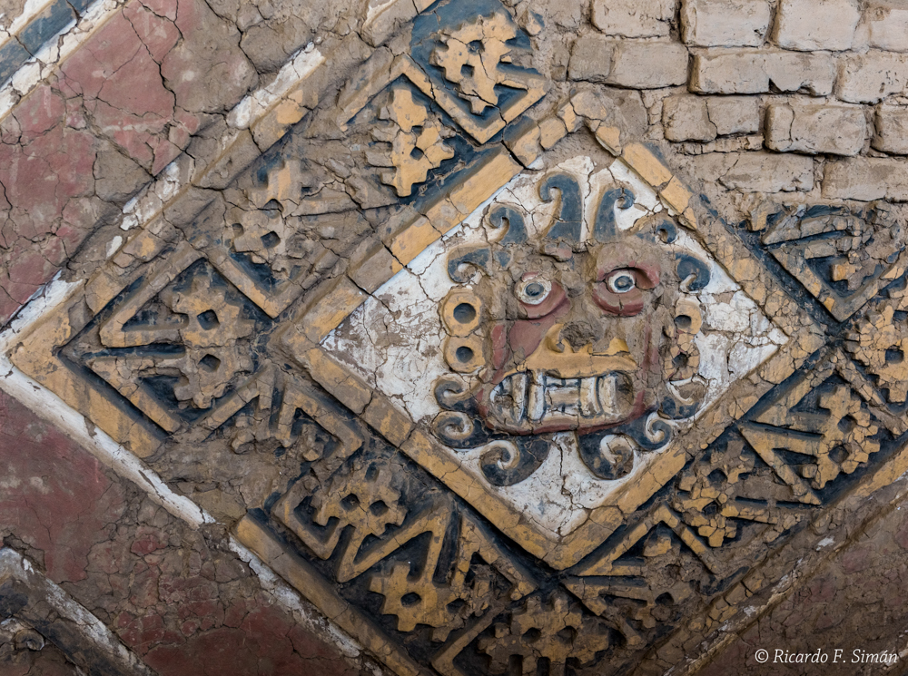 DSC_0037 Bloques de adobe decorado recinto esquinero Huaca de la Luna - Huaca de la Luna - Ricardo F. Simán, Fotografía