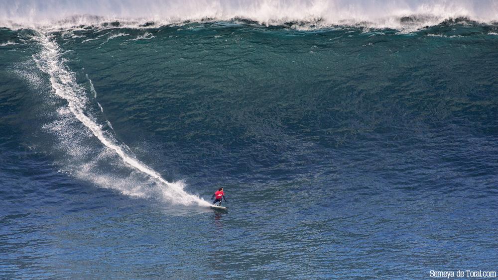 Axi surfeando una de las mayores olas que se surfearon en el Cantábrico (Asturies). - HISTORIA Y ARCHIVO DE OLAS GIGANTES - Semeya  de Toral