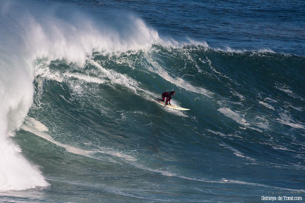 Jacobo en la parte ya final de la ola, aún así no pierde tamaño (Asturies). - HISTORIA Y ARCHIVO DE OLAS GIGANTES - Semeya  de Toral