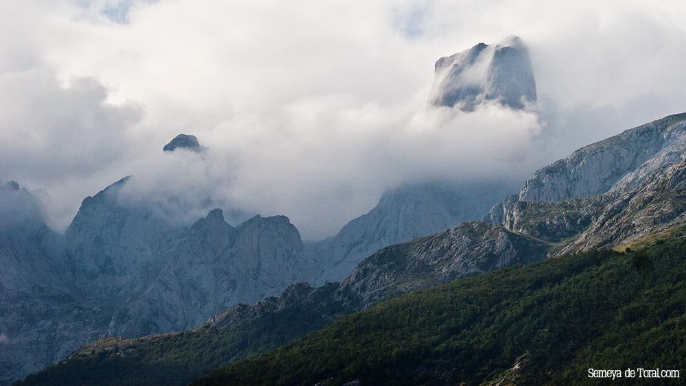 Una panorámica del Urriellu entre la niebla, 1de3 (siguiente+) - Picu Urriellu - Semeya  de Toral