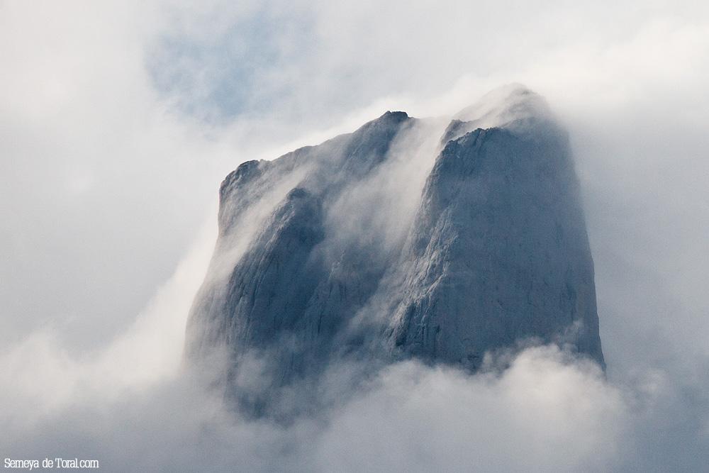 Y nos metemos, de pleno, en su cima peinada por la niebla, 3de3. - Picu Urriellu - Semeya  de Toral