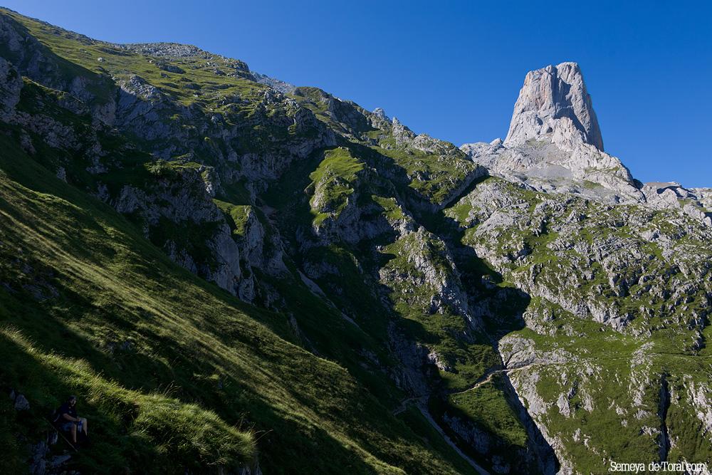 La luz rasante de la mañana se cuela silueteando las laderas, adornan las ascensión y deleitan el ojo del fotógrafo. - Picu Urriellu - Semeya  de Toral