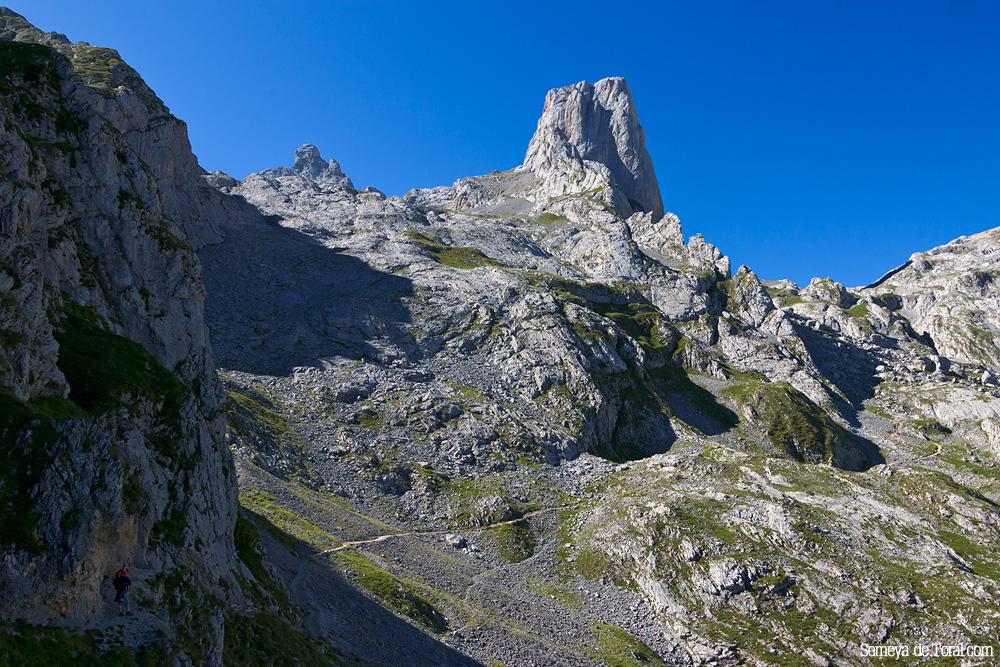 Abajo a la izquierda podemos ver a dos montañeros (Paula y Pol) en uno de los pasos volados que conducen hacía la base del picu. - Picu Urriellu - Semeya  de Toral