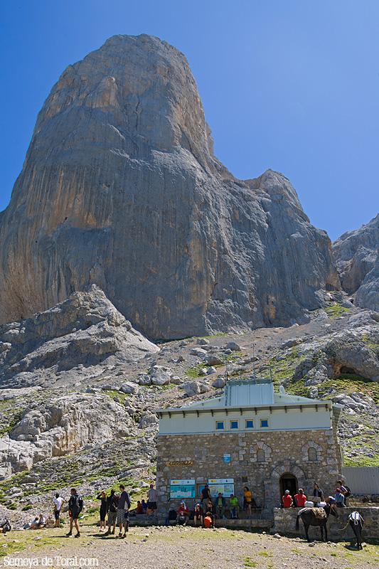 Refugio en la base del Urriellu. - Picu Urriellu - Semeya  de Toral