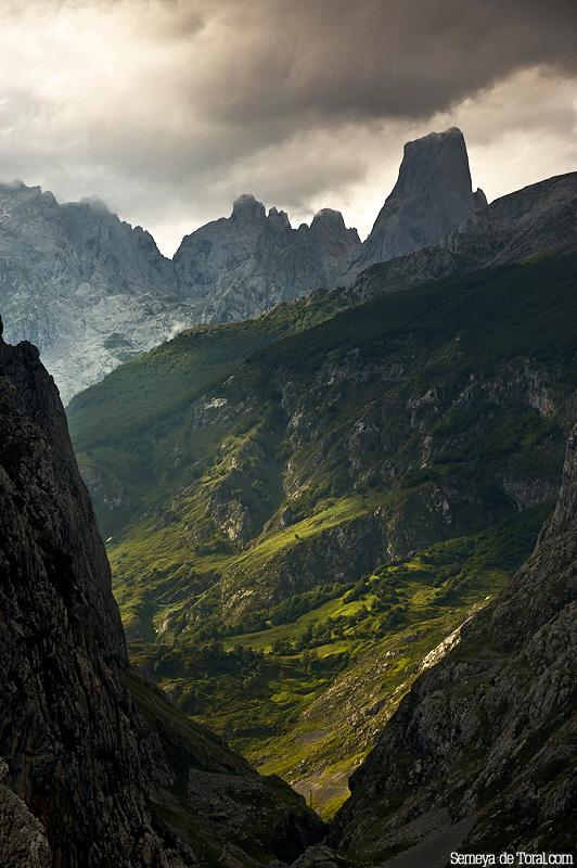 Habituales son las luces y sombras, en la canal de Texu, sobre Bulnes y sobre la propia montaña. - Picu Urriellu - Semeya  de Toral