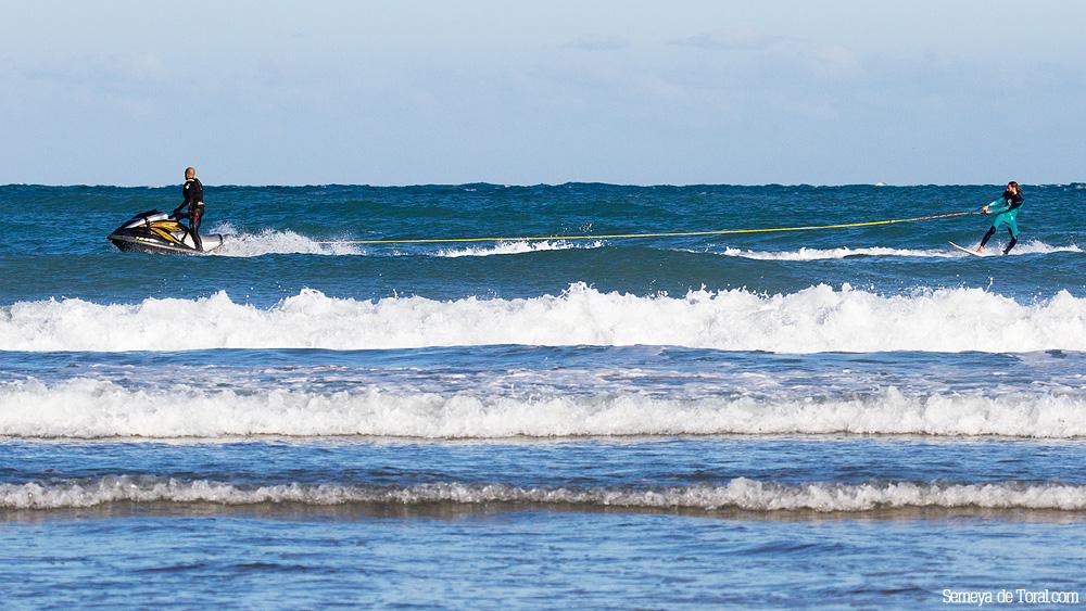 Se une moto y surfer mediante la cuerda de arrastre. - Surf de arrastre (towout) - Semeya  de Toral