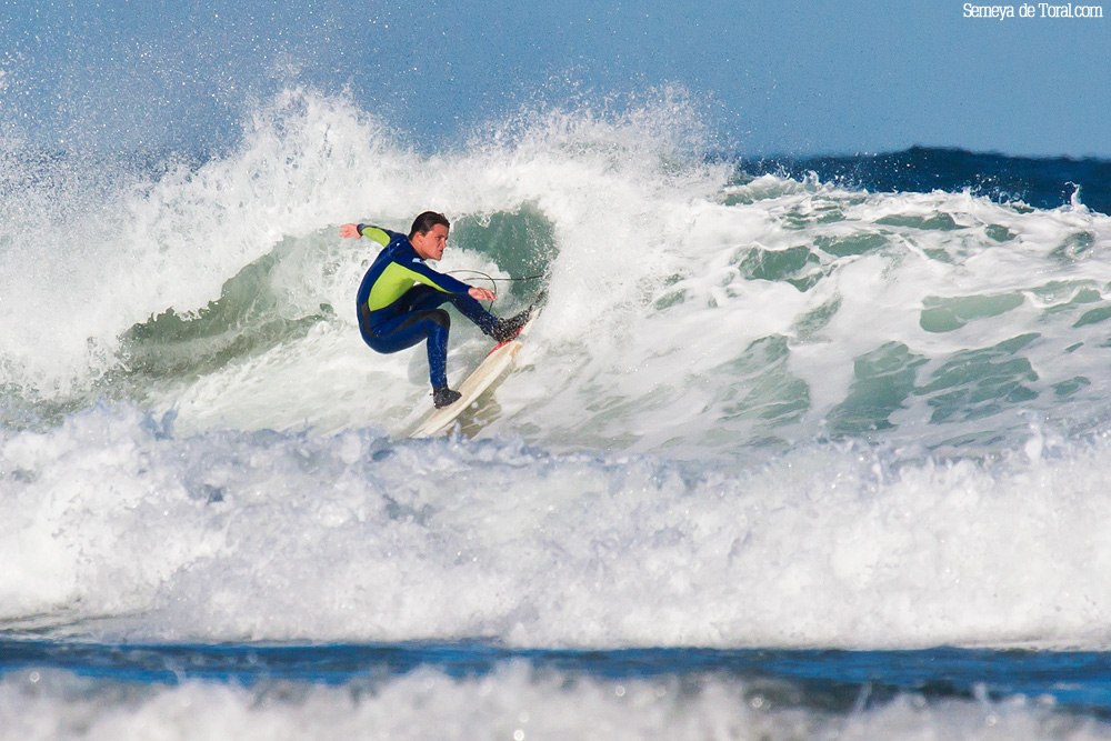 Alvaro marcadose un buen giro. - Surf de arrastre (towout) - Semeya  de Toral