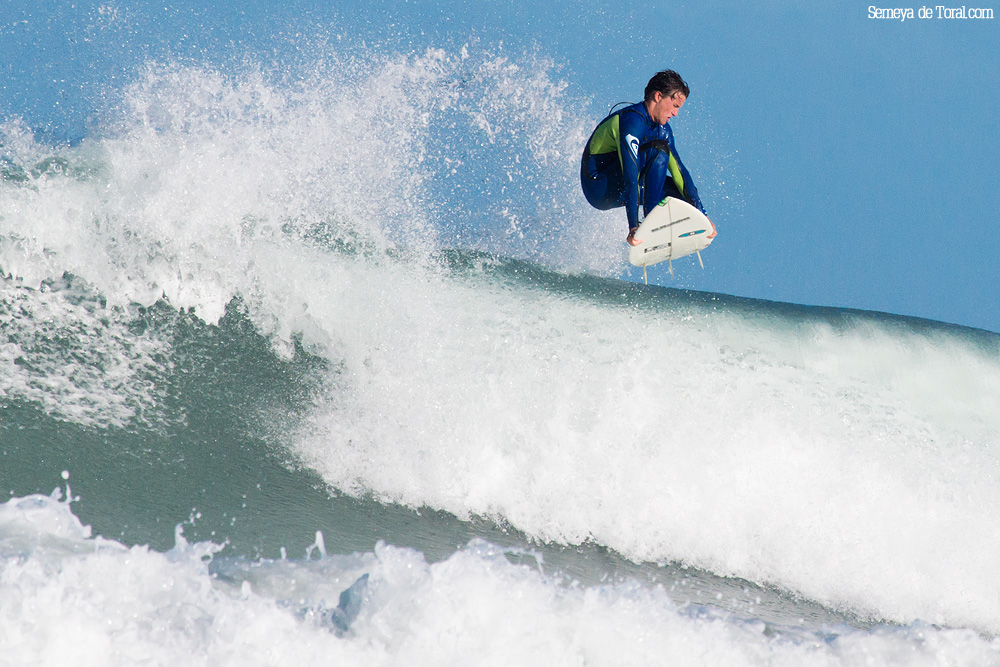Nuevamente Alvaro volando. - Surf de arrastre (towout) - Semeya  de Toral