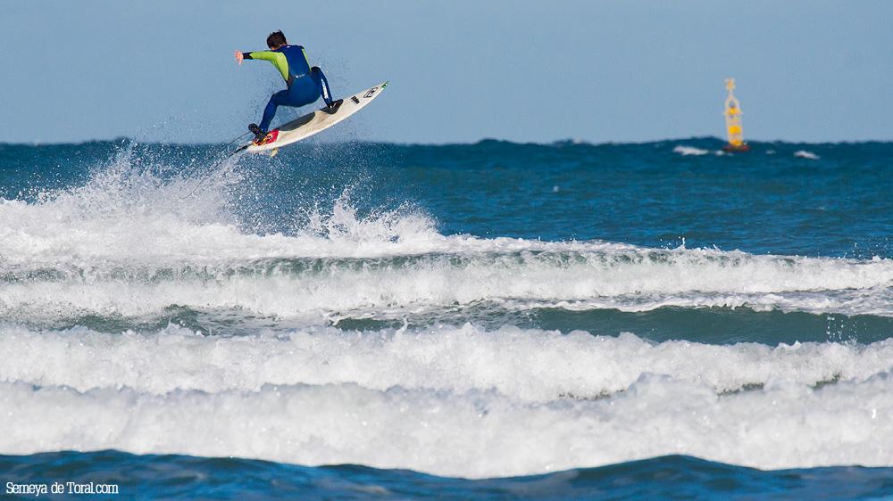 Alvaro con un buen aéreo. - Surf de arrastre (towout) - Semeya  de Toral