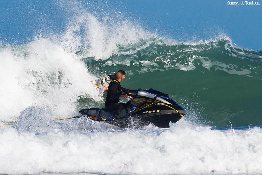 Manu en la moto en primer término con Campa detrás, en la ola. - Surf de arrastre (towout) - Semeya  de Toral