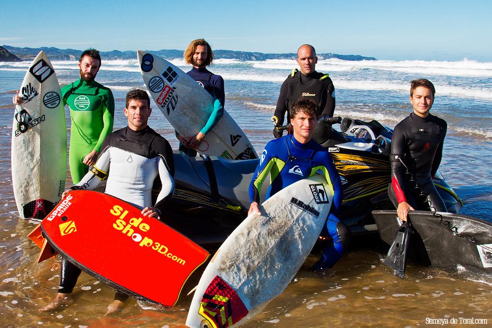 Y en la última sesión hicimos foto de grupo. - Surf de arrastre (towout) - Semeya  de Toral