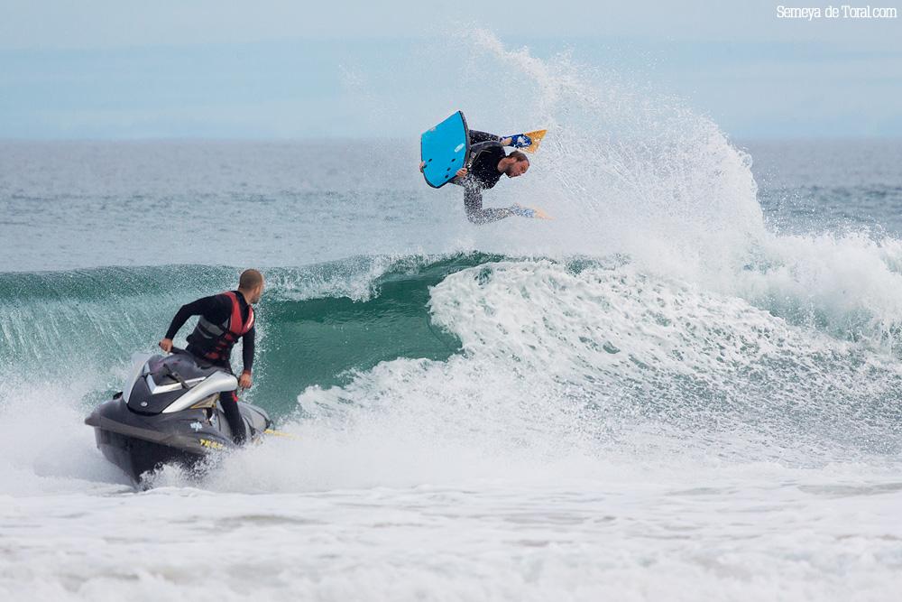 Y se busca el momento perfecto para soltar al surfer contra la ola. - Surf de arrastre (towout) - Semeya  de Toral
