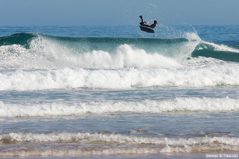 Alejandro volando sobre las orilleras. - Surf de arrastre (towout) - Semeya  de Toral