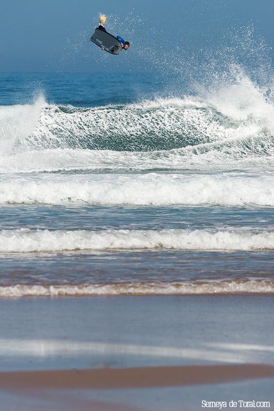 Campa nuevamente volando. - Surf de arrastre (towout) - Semeya  de Toral