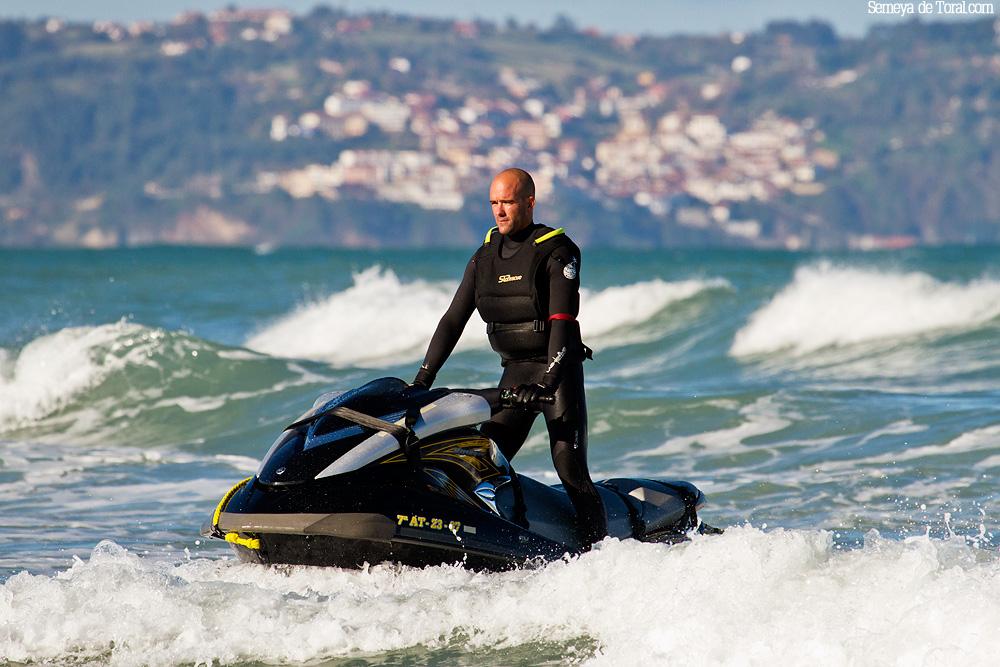 Manu, otro piloto. - Surf de arrastre (towout) - Semeya  de Toral