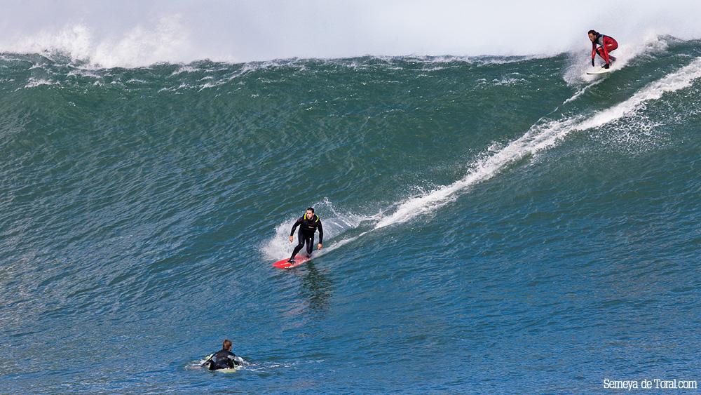 Jorge en una de sus bajadas, el tamaño queda bien marcada por Jacobo (arriba) y por el otro surfista en la base de la ola (Asturies). - HISTORIA Y ARCHIVO DE OLAS GIGANTES - Semeya  de Toral