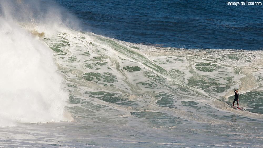 Manu en un momento que me encanta, ya finalizando la surfeada en la ola pero viendo lo que lleva detrás parece decir