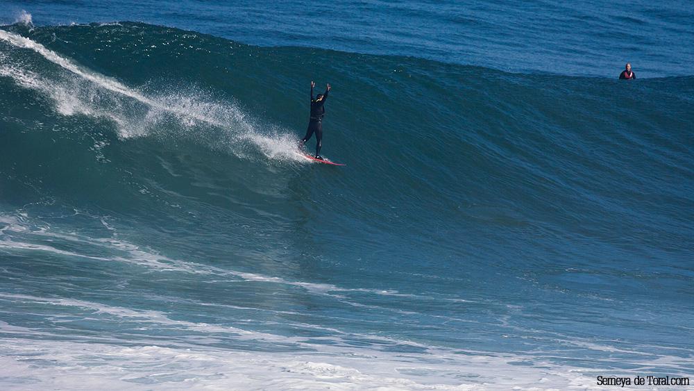 Clásico momento de explosión de felicidad al finalizar la ola y la suelta de adrenalina, Jorge lo demuestra efusivamente (Asturies). - HISTORIA Y ARCHIVO DE OLAS GIGANTES - Semeya  de Toral