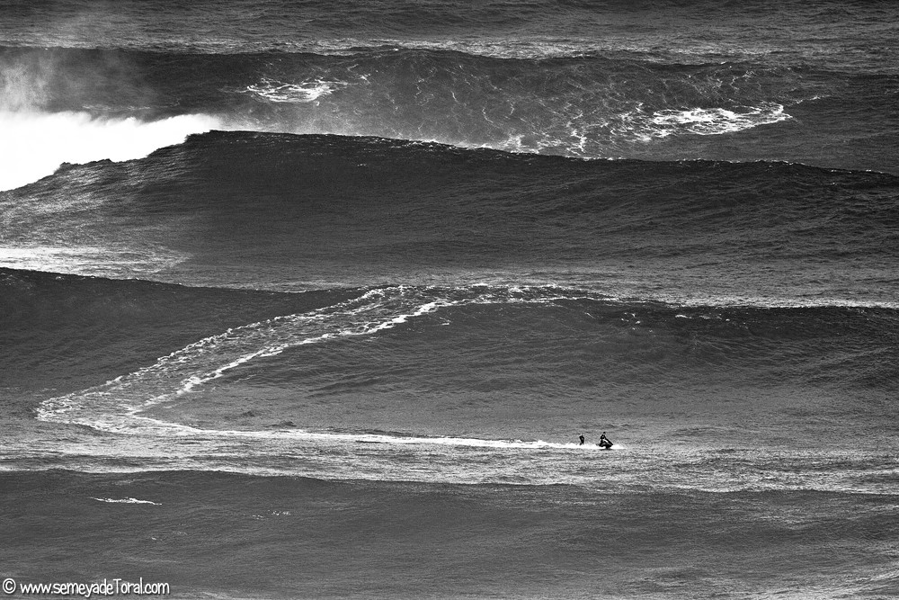 Surfistas, desafiando a las condiciones. - MAR - Semeya  de Toral
