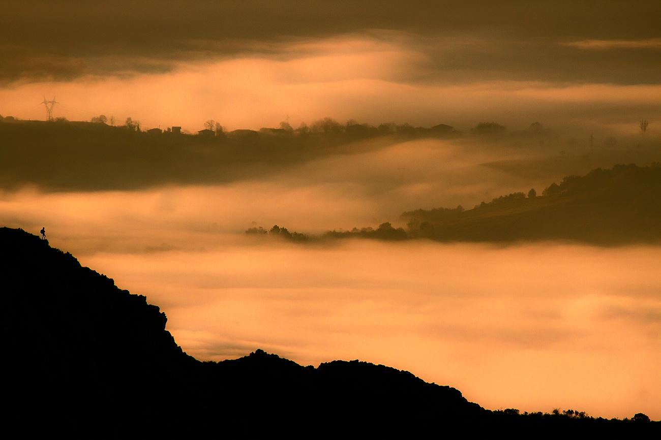 Un montañero disfruta de un dorado amanecer. - MONTAÑA - Semeya  de Toral