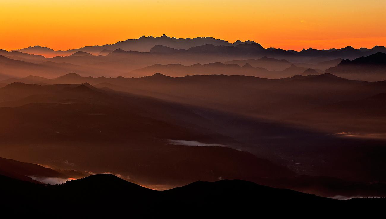Un amanecer ilumina los infinitos valles y picos de Asturies. - MONTAÑA - Semeya  de Toral