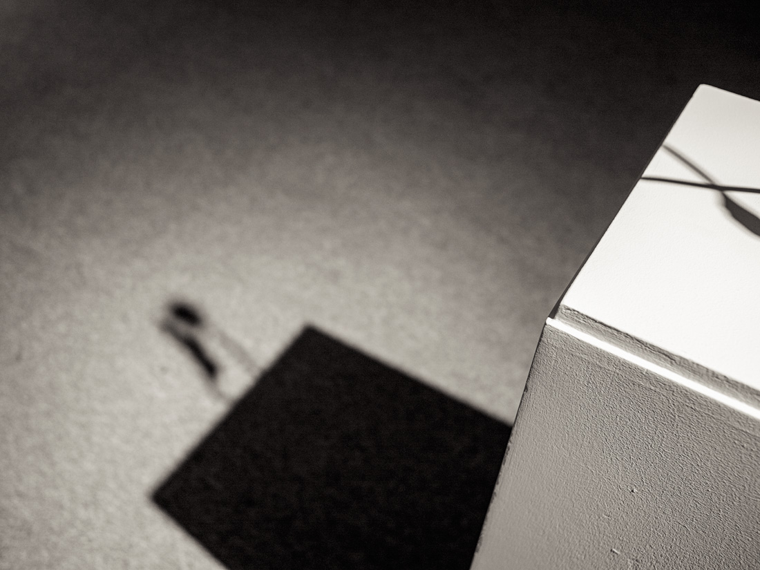 estudio 8640. femme. 1970. Joan Miró. 2017 - ELOGIO DE LA SOMBRA.-praise in the shadow-.2017 - senén merino, photograph