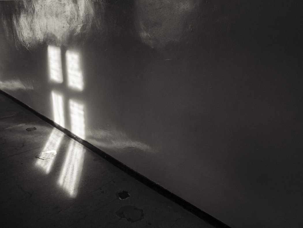 estudio 6473. Auschwitz. 2014 - detrás del reflejo.-behind the reflection- - senén merino, photograph
