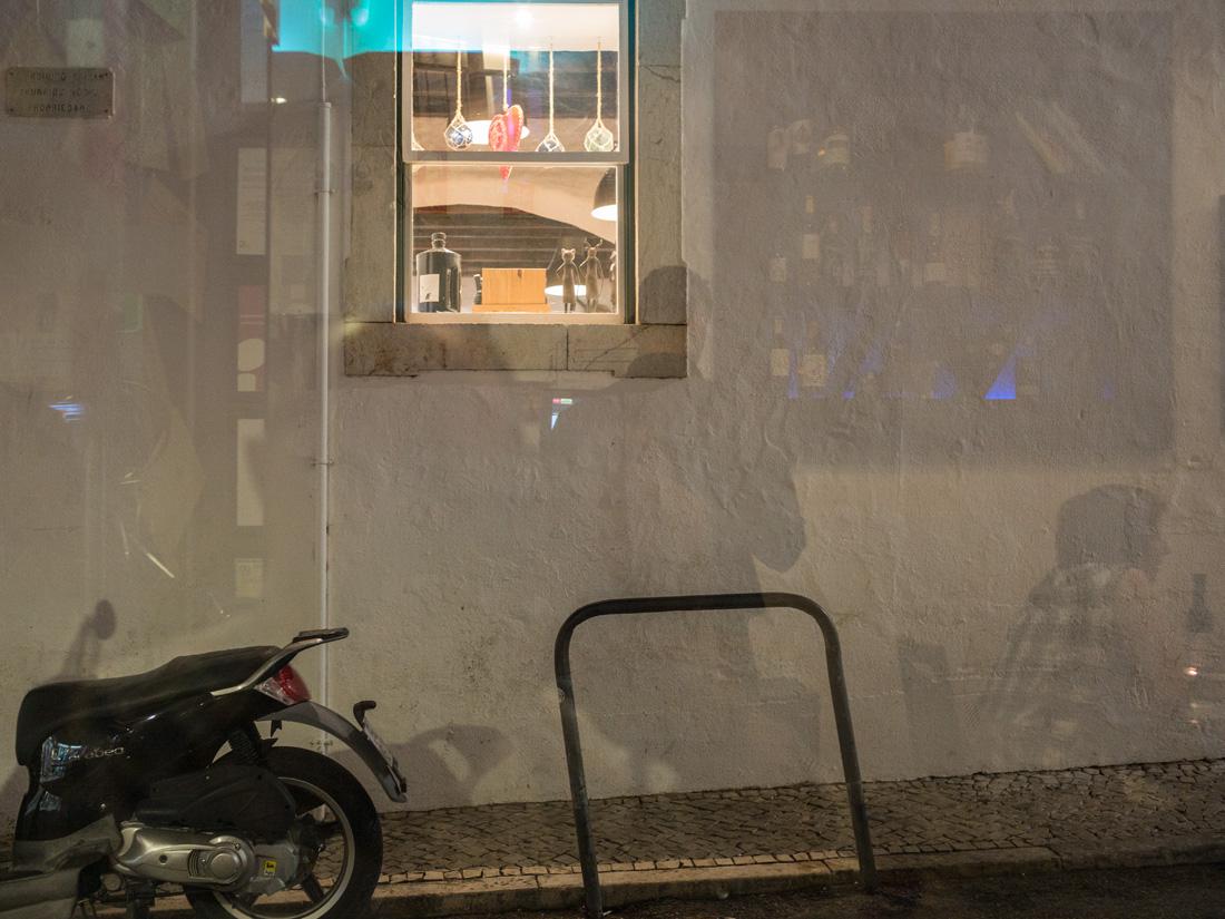 estudio 9437. Lagos. 2017 - detrás del reflejo.-behind the reflection- - senén merino, photograph