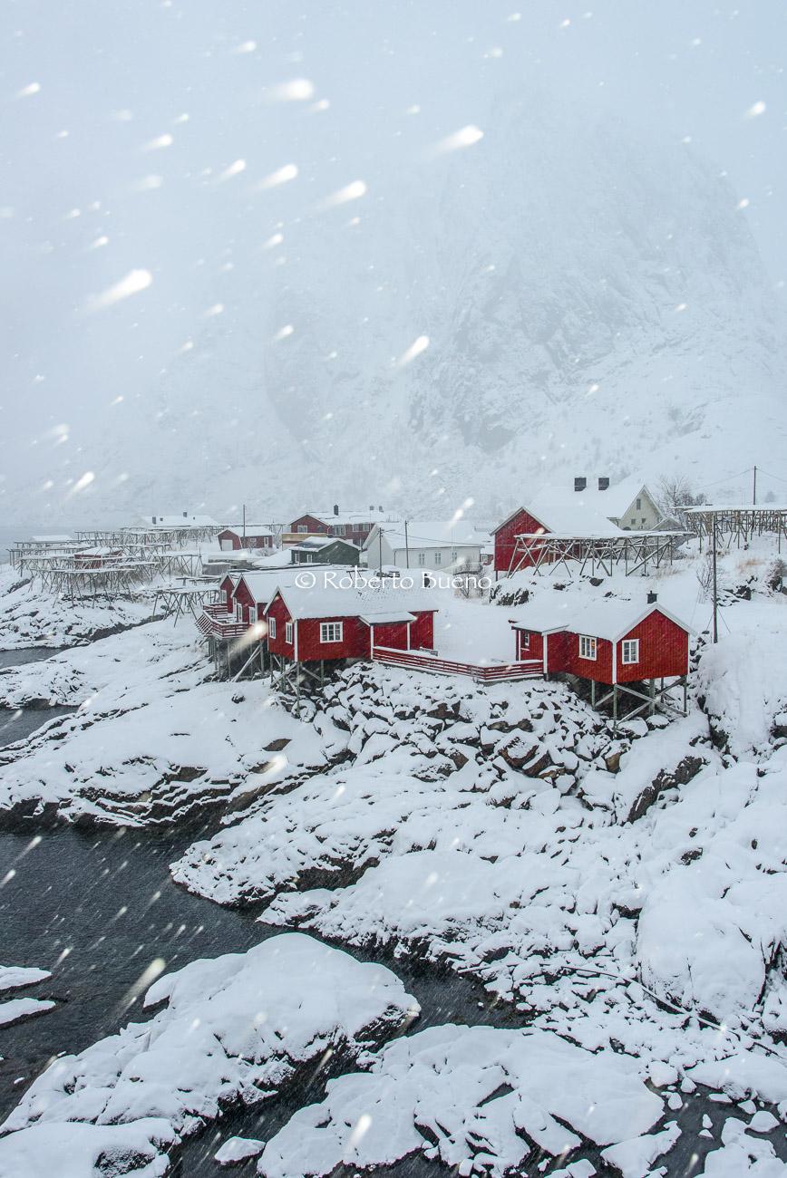 Rorbuer y ventisca - Islas Lofoten - Islas Lofoten, Noruega. Roberto bueno. Paisajes de invierno