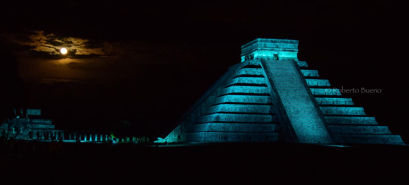 Chichén Itzá con luna llena - Huellas de historia - Fósiles, arqueología, historia - Roberto Bueno – Miliarios, museos, tumbas