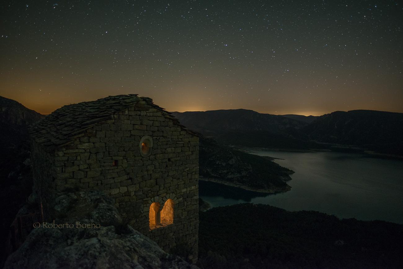 Ermita y embalse. Serra del Montsec - Luces en la noche - Luces en la Noche. Roberto Bueno. Fotografía de Naturaleza y viajes