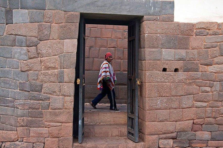 Cuzqueño y muro inca - Perú - Perú - Roberto Bueno – Paisajes, gentes, arqueología