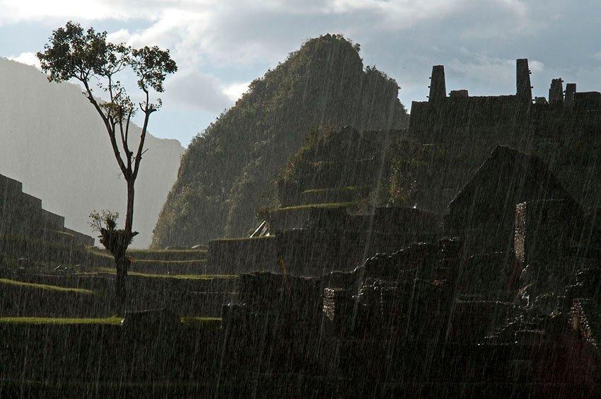 Machu Picchu bajo la tormenta - Perú - Perú - Roberto Bueno – Paisajes, gentes, arqueología