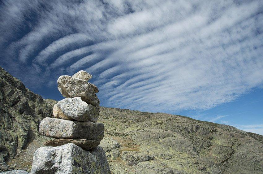 Altocumulus stratiformis undulatus. Laguna de la Nava. Ávila - Estar en las nubes - Nubes - Roberto Bueno – Meteorología, atmósfera