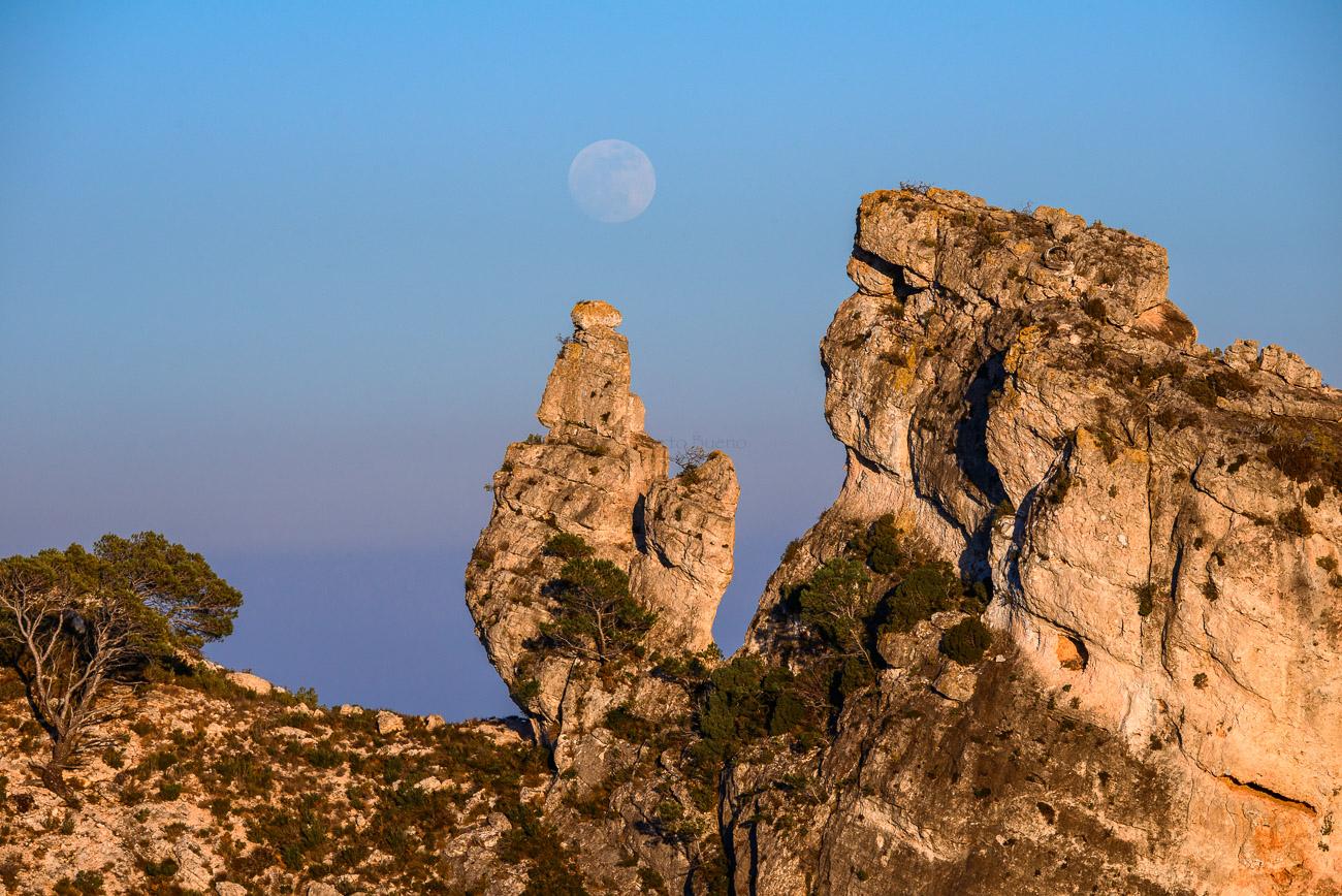 Luna llena en Lo Gall. Serra de Vandellòs - Full Moon at Lo Gall. Serra de Vandellòs - L´Hospitalet de l´Infant - Vandellòs, Tarragona, Spain, Roberto Bueno; Photography