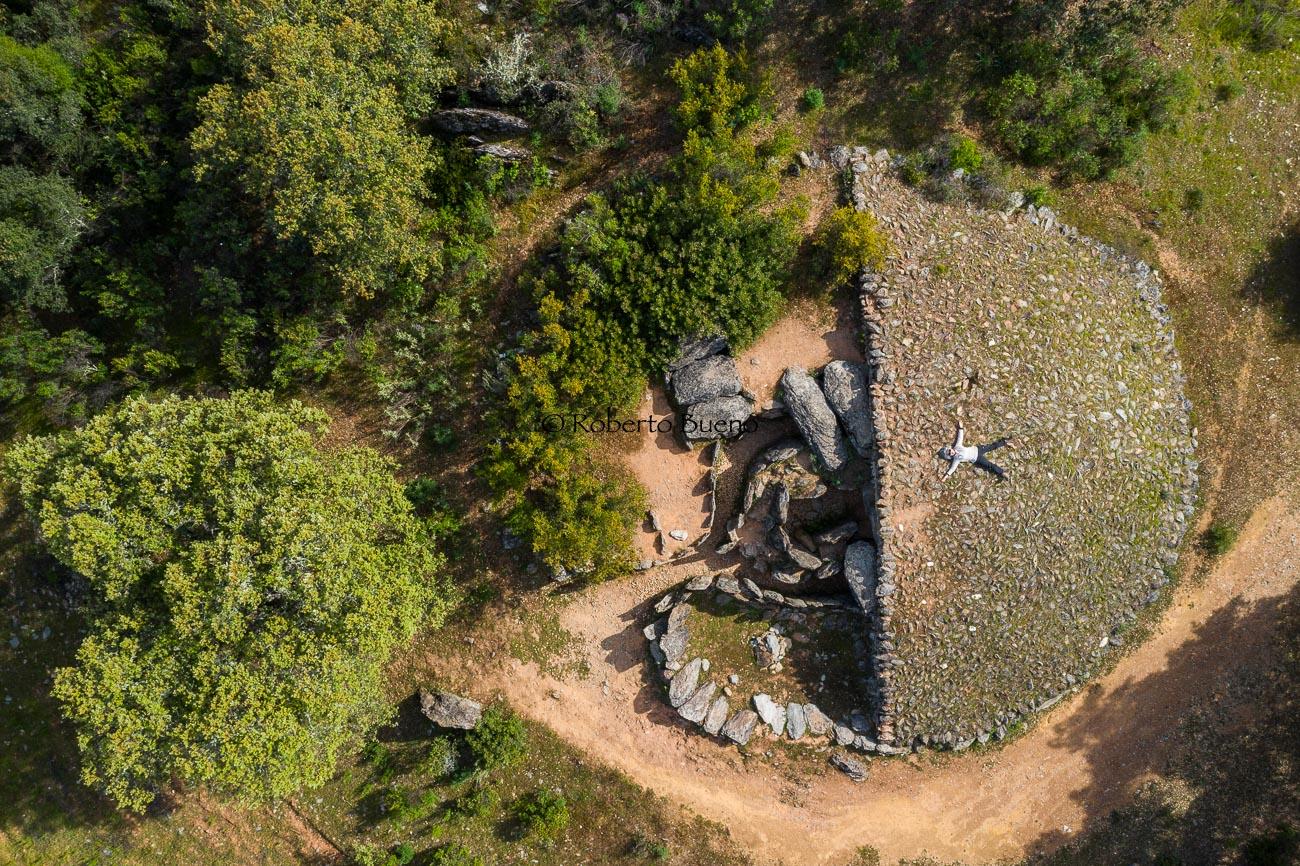 Dolmen desde el aire. El Pozuelo - Huellas de historia - Fósiles, arqueología, historia - Roberto Bueno – Miliarios, museos, tumbas