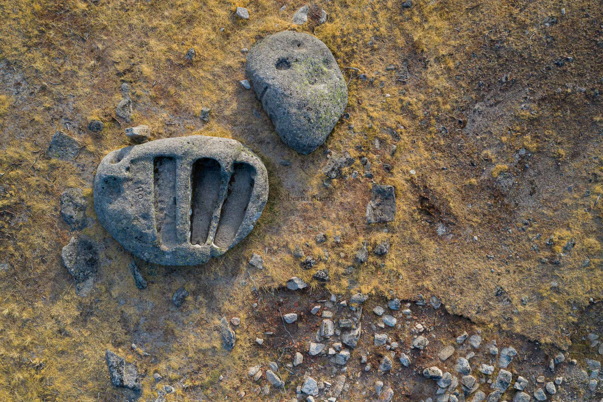 Triple tumba en granito - Huellas de historia - Fósiles, arqueología, historia - Roberto Bueno – Miliarios, museos, tumbas