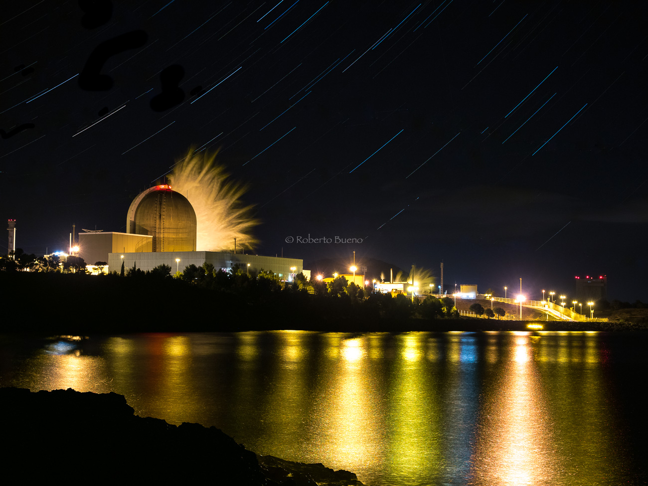 Vapor de agua. Central Nuclear de Vandellòs II por la noche - Energía Nuclear - Roberto Bueno. Energía Nuclear y Centrales Nucleares