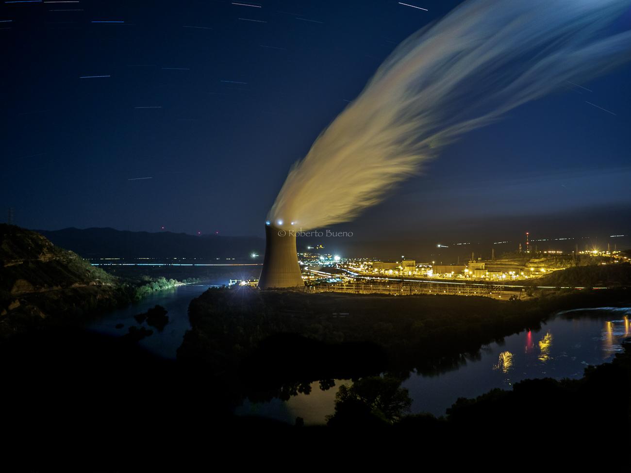 Torre de refrigeración y río Ebro. Central Nuclear de Ascó - Energía Nuclear - Roberto Bueno. Energía Nuclear y Centrales Nucleares