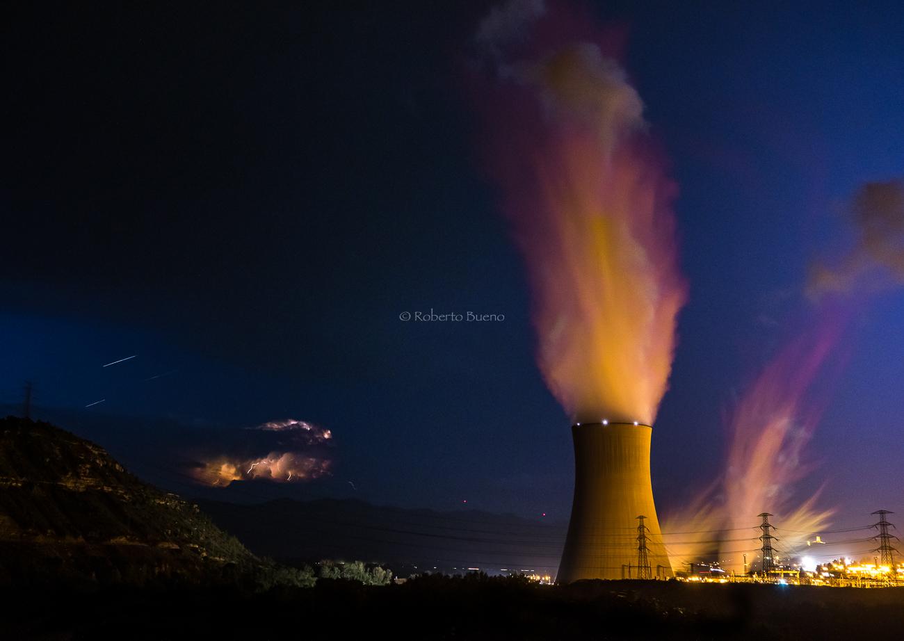 Central Nuclear de Ascó, en noche de tormenta - Energía Nuclear - Roberto Bueno. Energía Nuclear y Centrales Nucleares