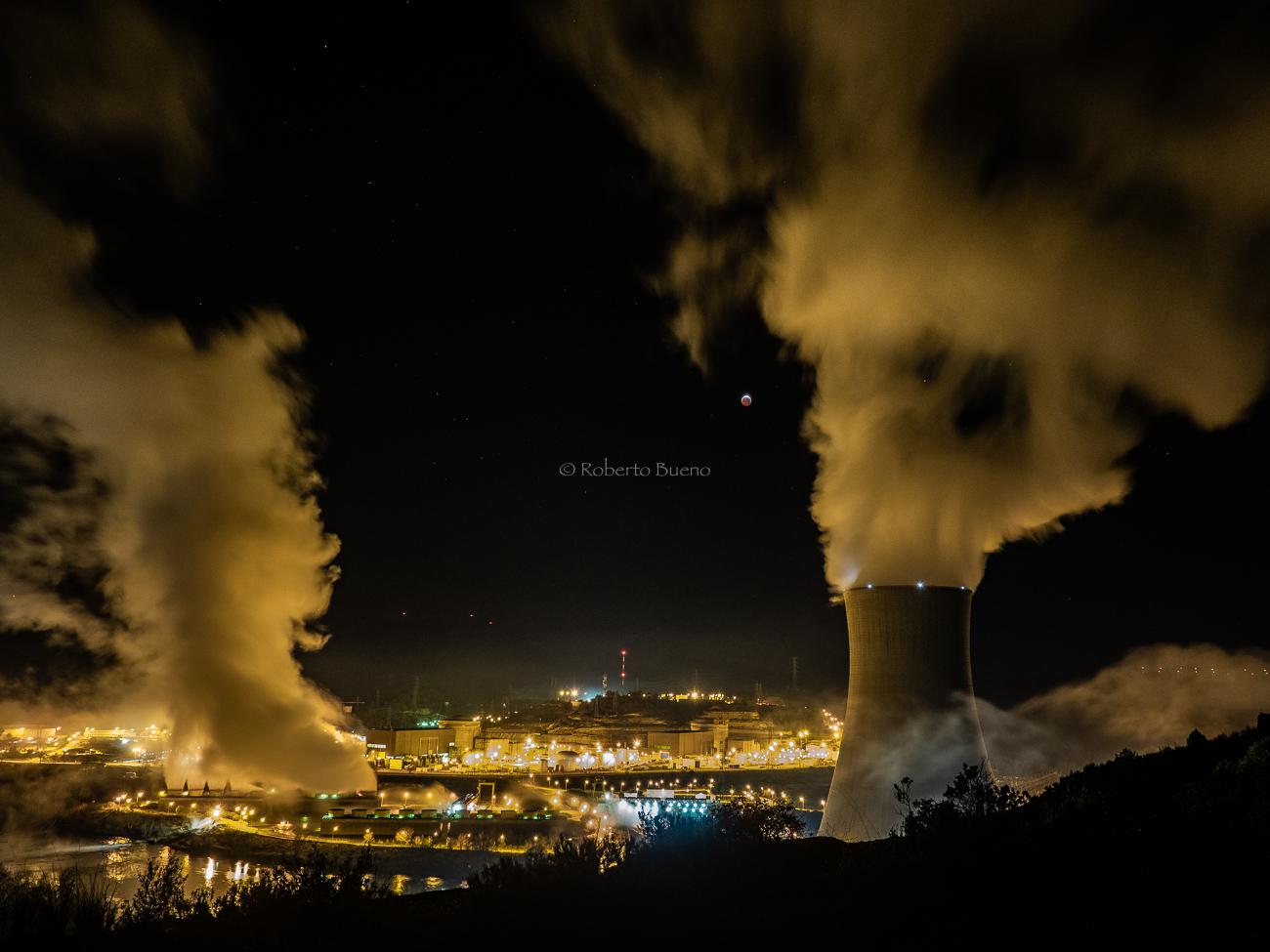 Eclipse de luna y torres de refrigeración. Central Nuclear de Ascó - Energía Nuclear - Roberto Bueno. Energía Nuclear y Centrales Nucleares